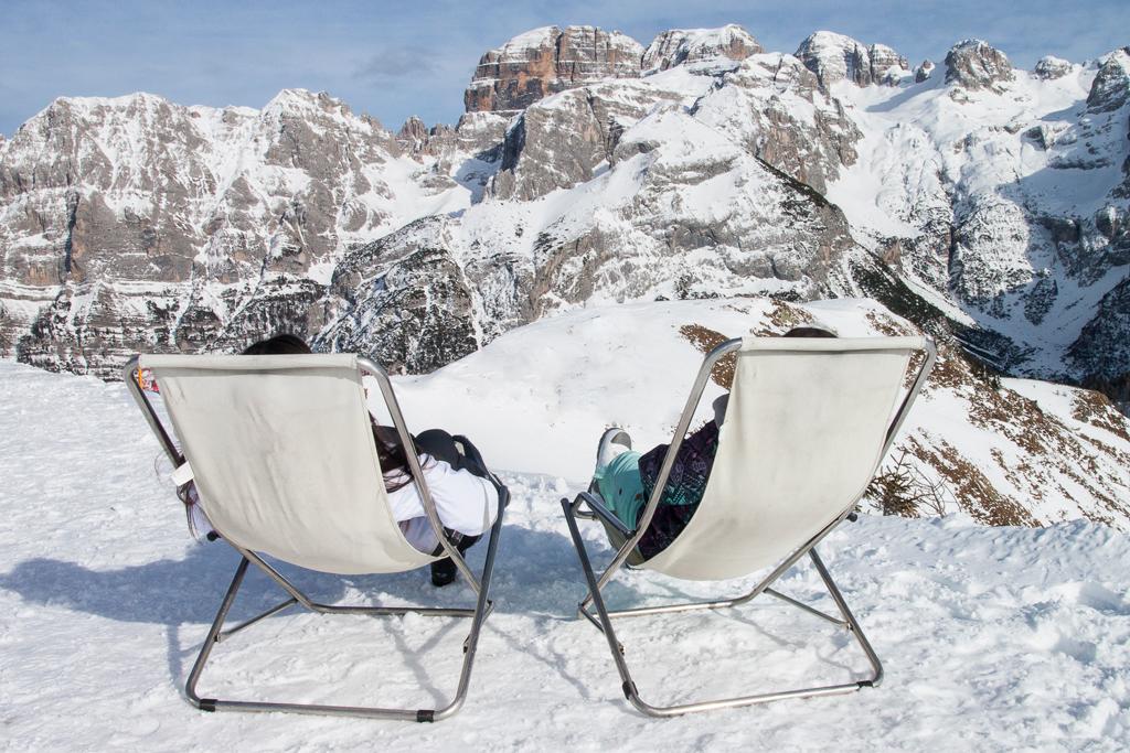 Ontspannen in de sneeuw met uitzicht op de Dolomieten