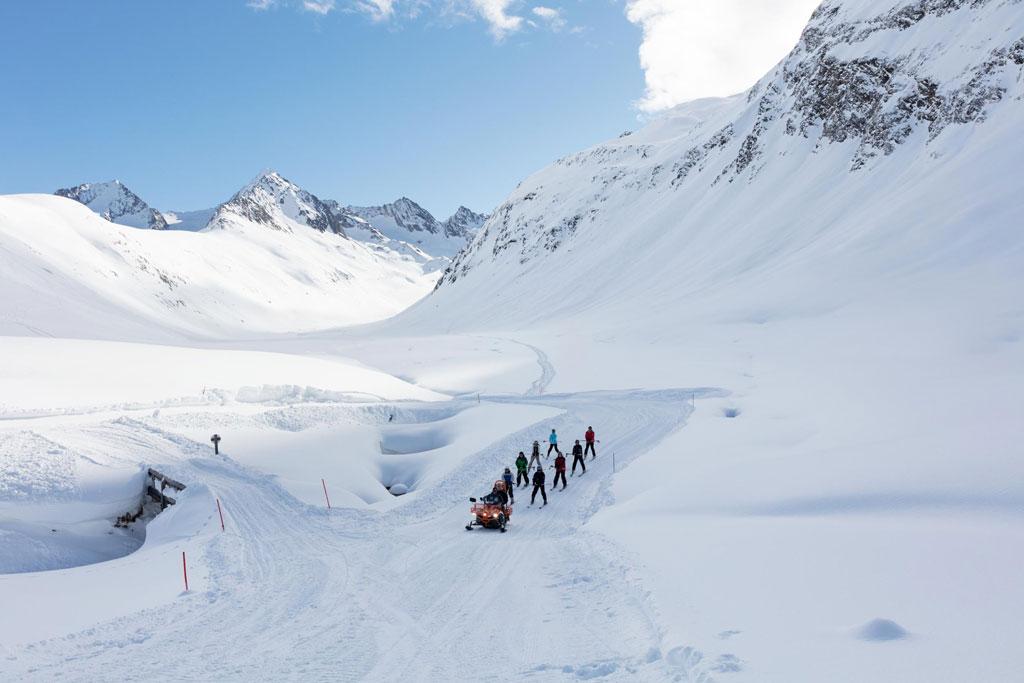 Groepje achter de sneeuwscooter
