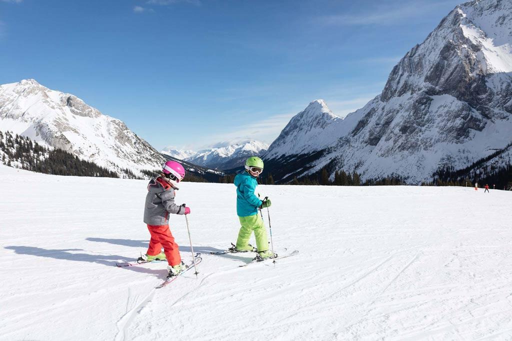 kinderen skiën in Tirol