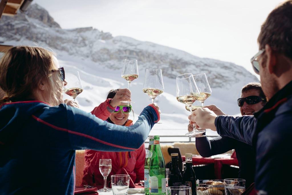 Après-ski met wijn bij berghut