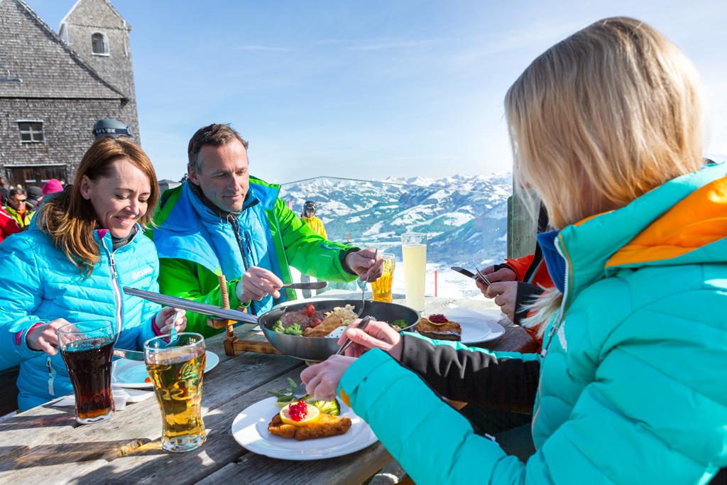 Lunchen bij een berghut in SkiWelt