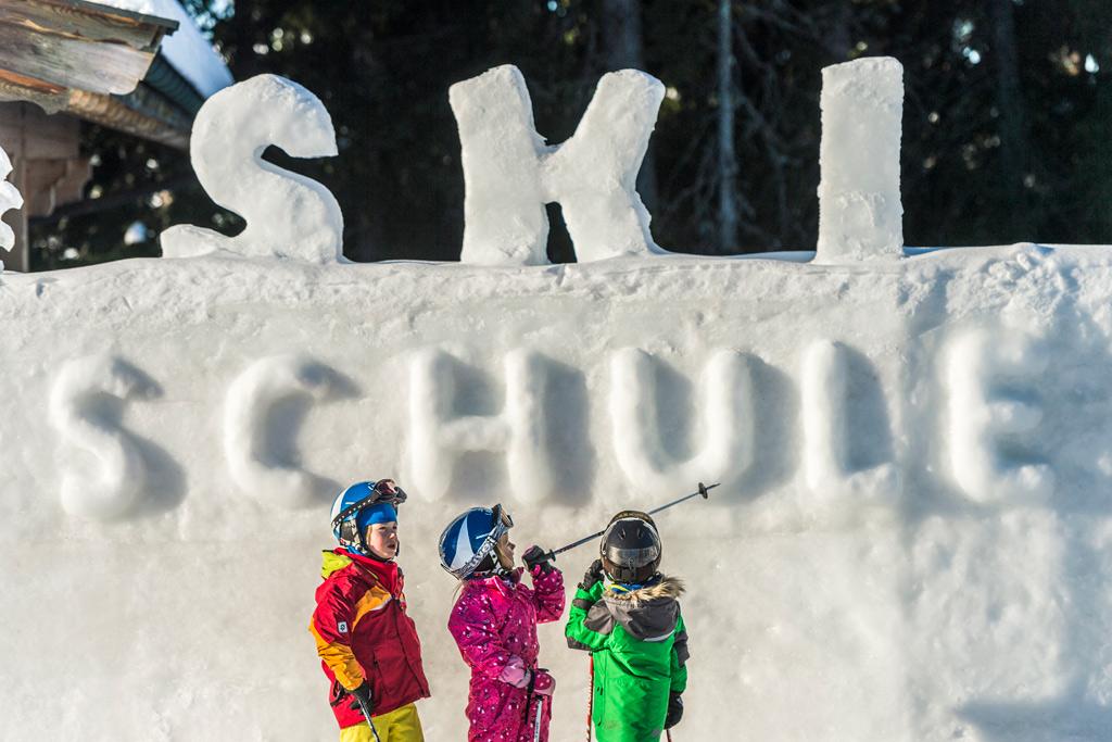 Kinderen bij de skischool in SkiWelt