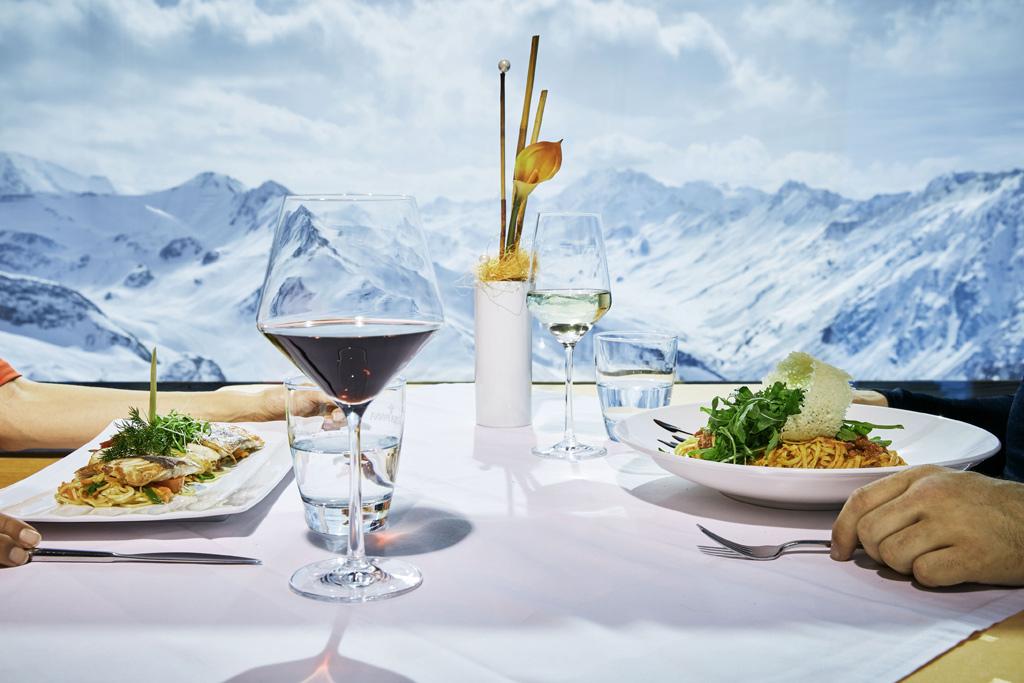 Eten op het terras bij een berghut in Ischgl