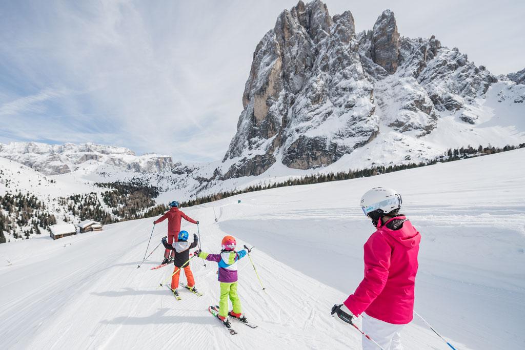 Familie op de piste in Dolomiti Superski