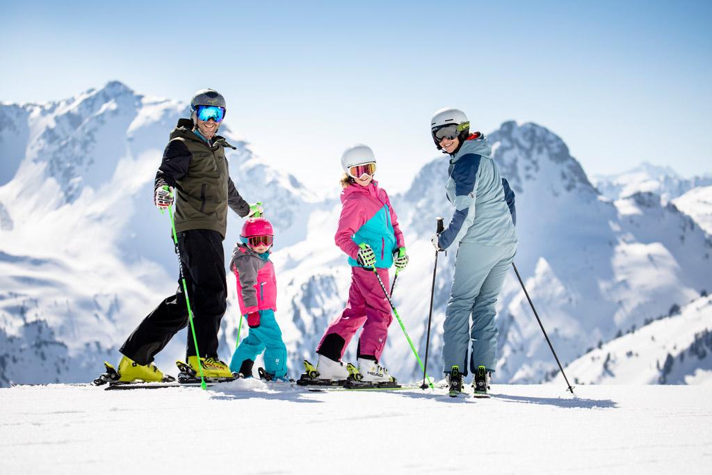 familie op wintersport ski juwel