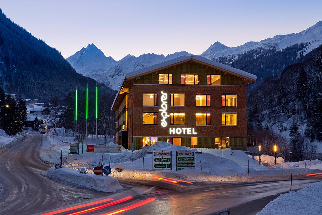 Explorer Hotel bei Nacht