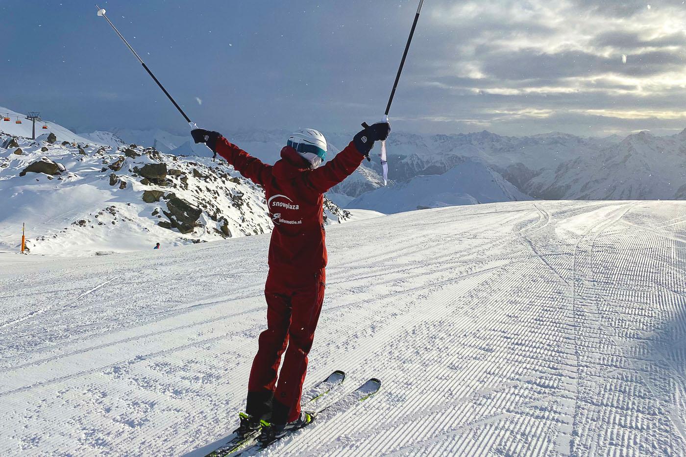 skier stokken omhoog uitzicht