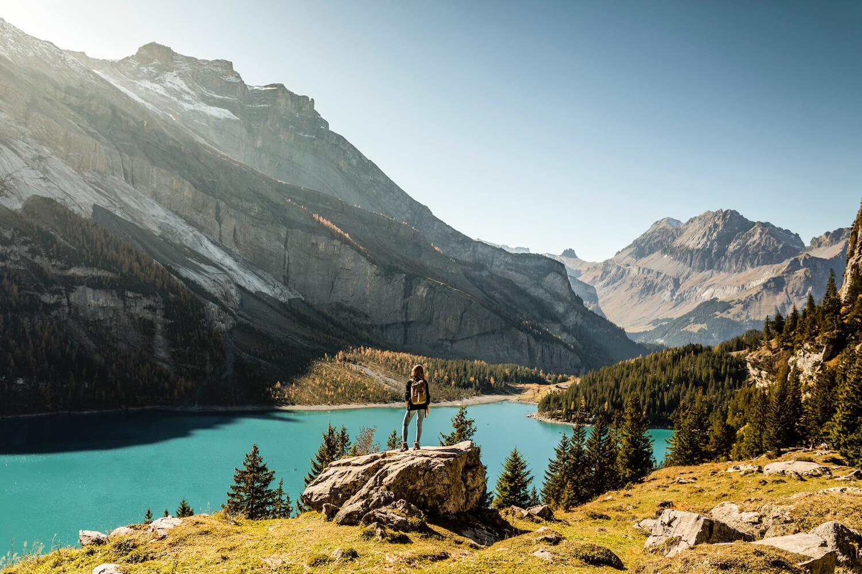 Wandelen in de herfst bij een meer in Zwitserland