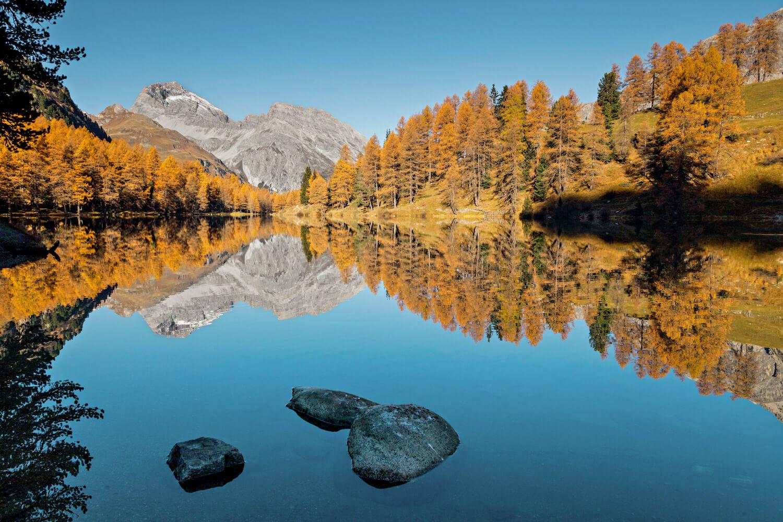Wandelen bij het water in Zwitserland