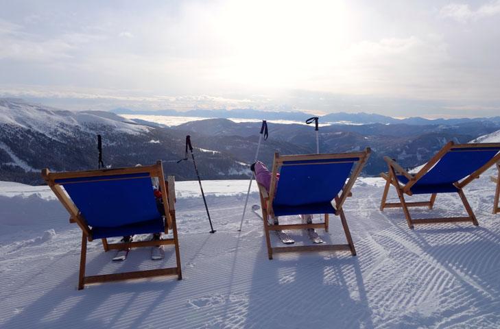 Ligstoeltjes op de piste in Turracher Höhe