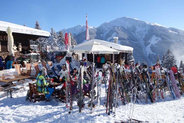Wintersportlunch op het terras
