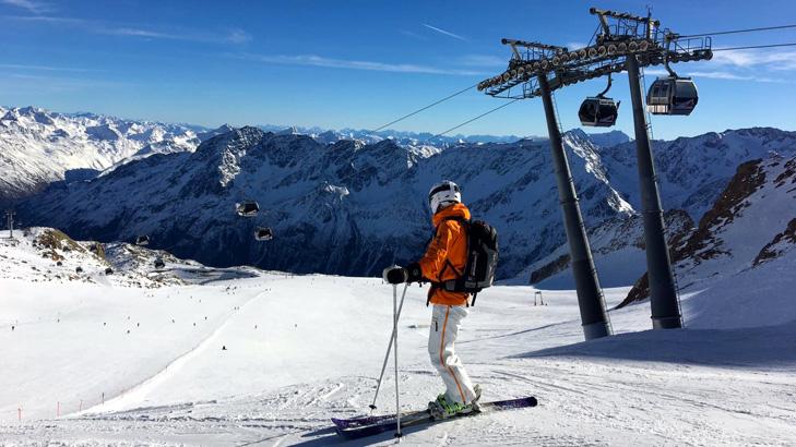 Wintersport op piste 38 op de Tiefenbachgletscher in Sölden