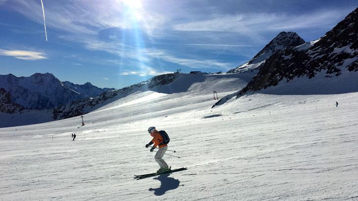 Skiën in Sölden onder een blauwe lucht