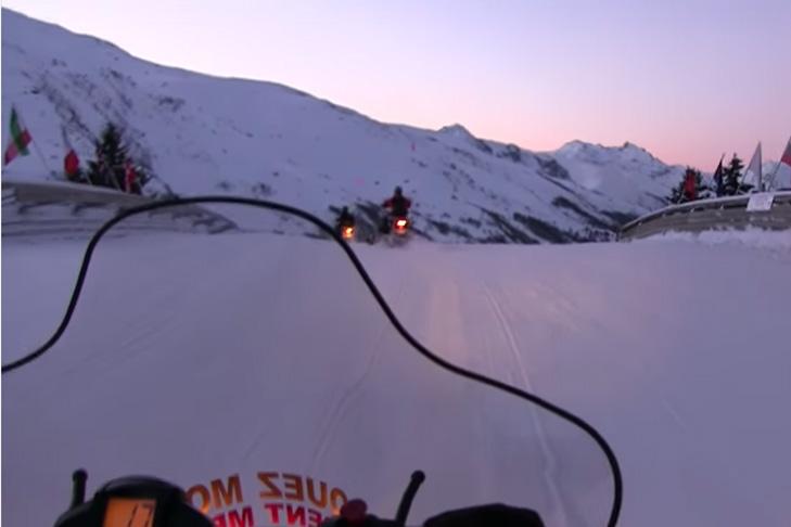 Sneeuwscooteren terwijl het donker wordt