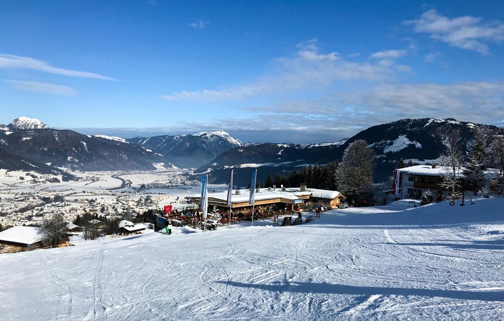 Rustige piste en pisterestaurant in skigebied St. Johann in Tirol