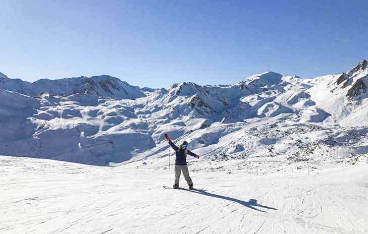 Snowboarder op de piste in Ischgl