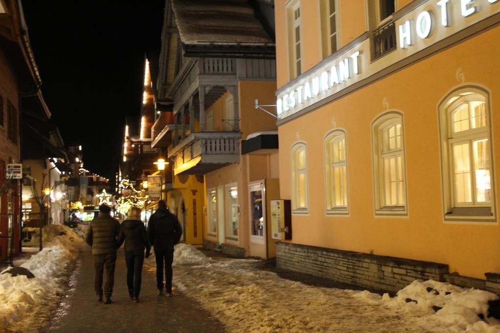 Oberstdorf in de avond met sneeuw