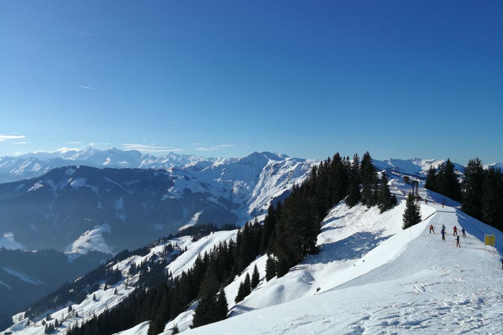 Uitzicht in Mühlbach bovenop de berg op de piste