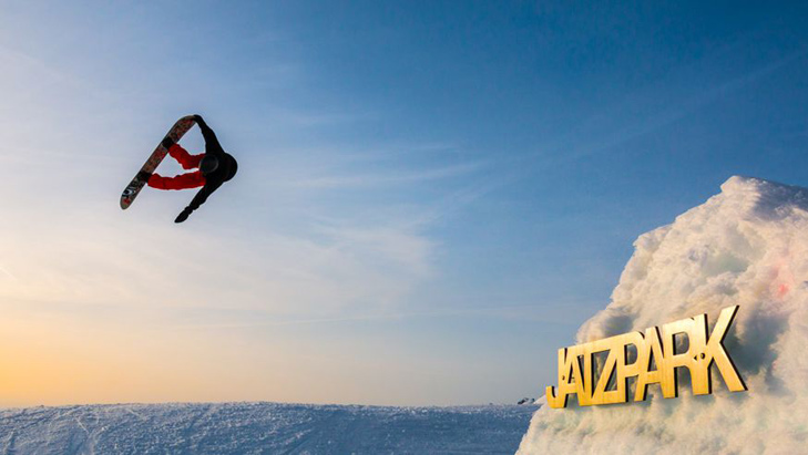 Freestyle snowboarder in het Jatz Park op de Jakobshorn