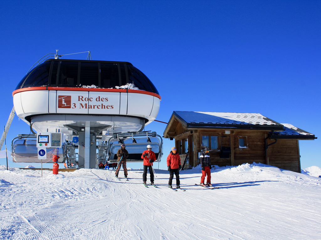 Bergstation lift Roc des 3 Marches Les Menuires op een mooie dag