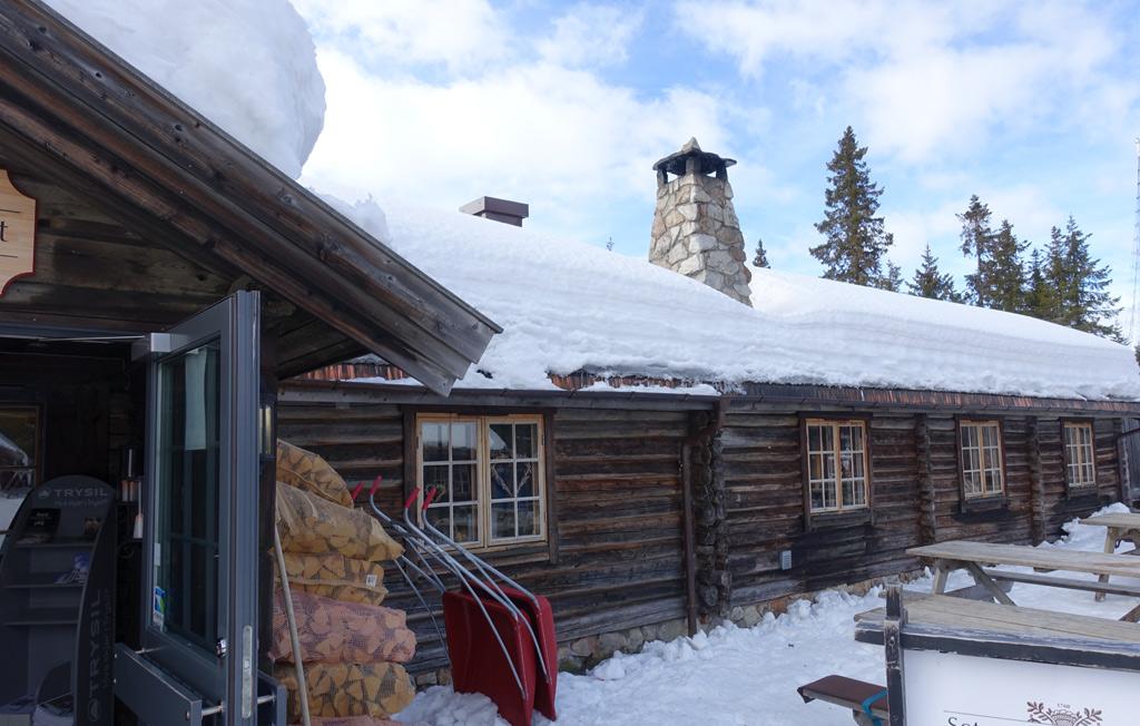 Een Noors huis vol met sneeuw in Trysil