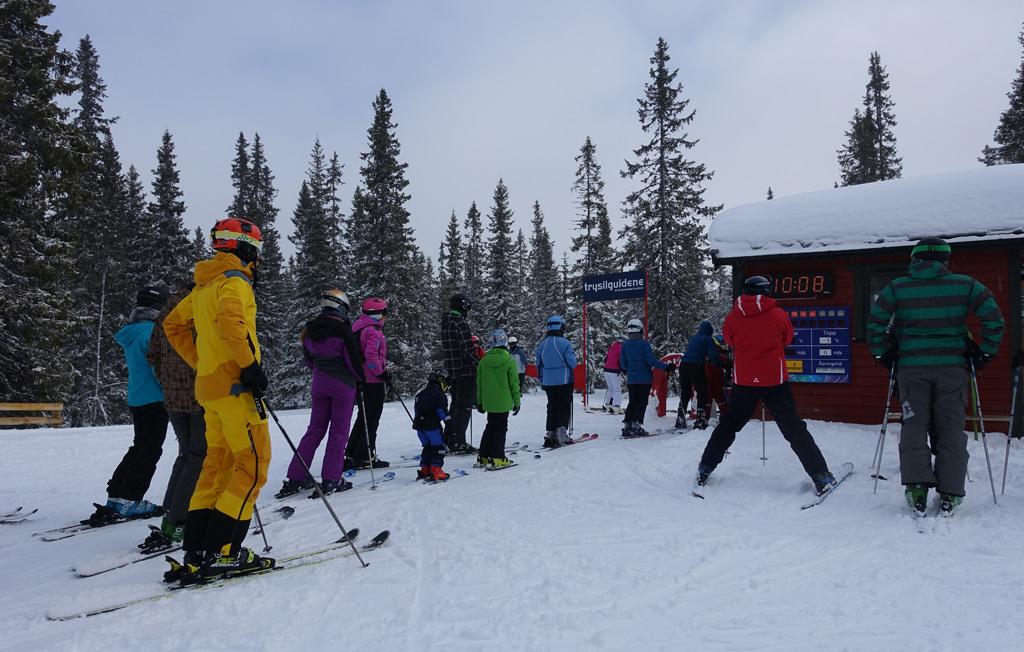 Rij met wintersporters voor de skilift in Trysil, Noorwegen