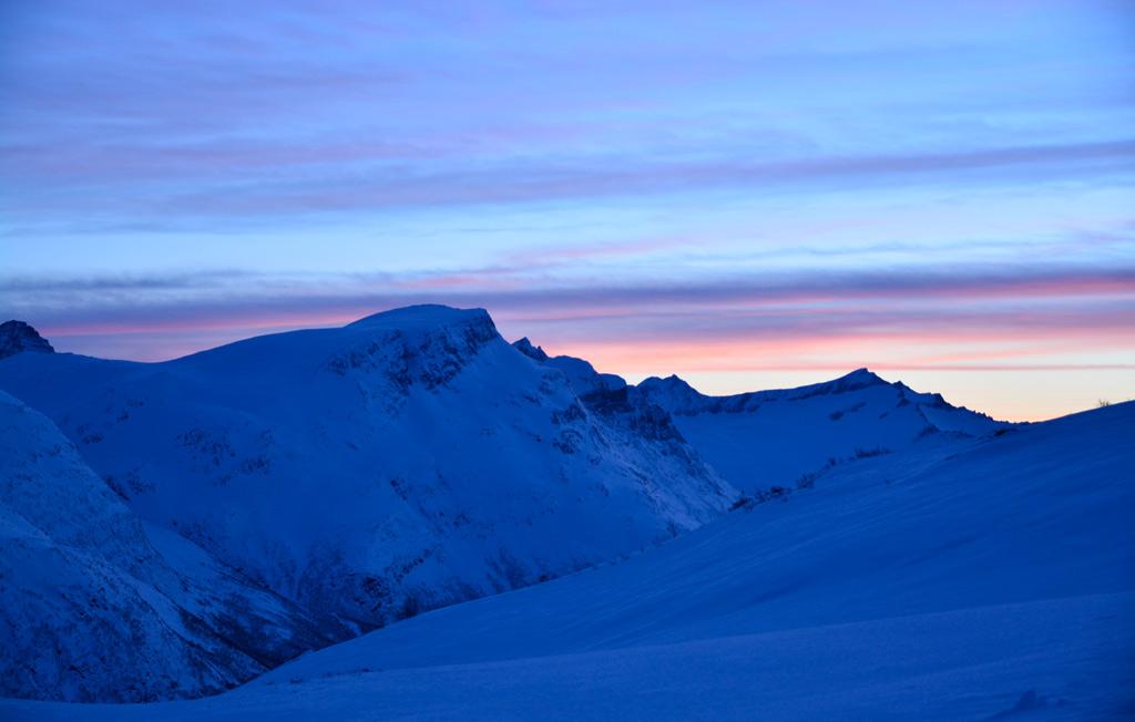Prachtige kleuren in de lucht met bergen op de achtergrond in Noorwegen