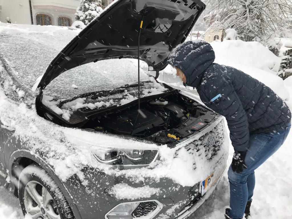 Motorkap open tijdens wintersport