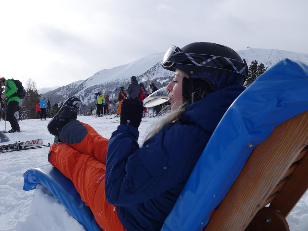 Prosecco drinken in een ligstoel in Turracher Höhe op de piste