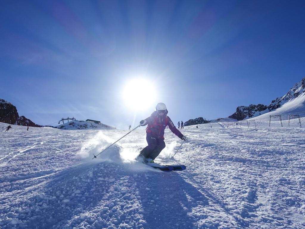 Skiër op de piste in Serfaus-Fiss-Ladis