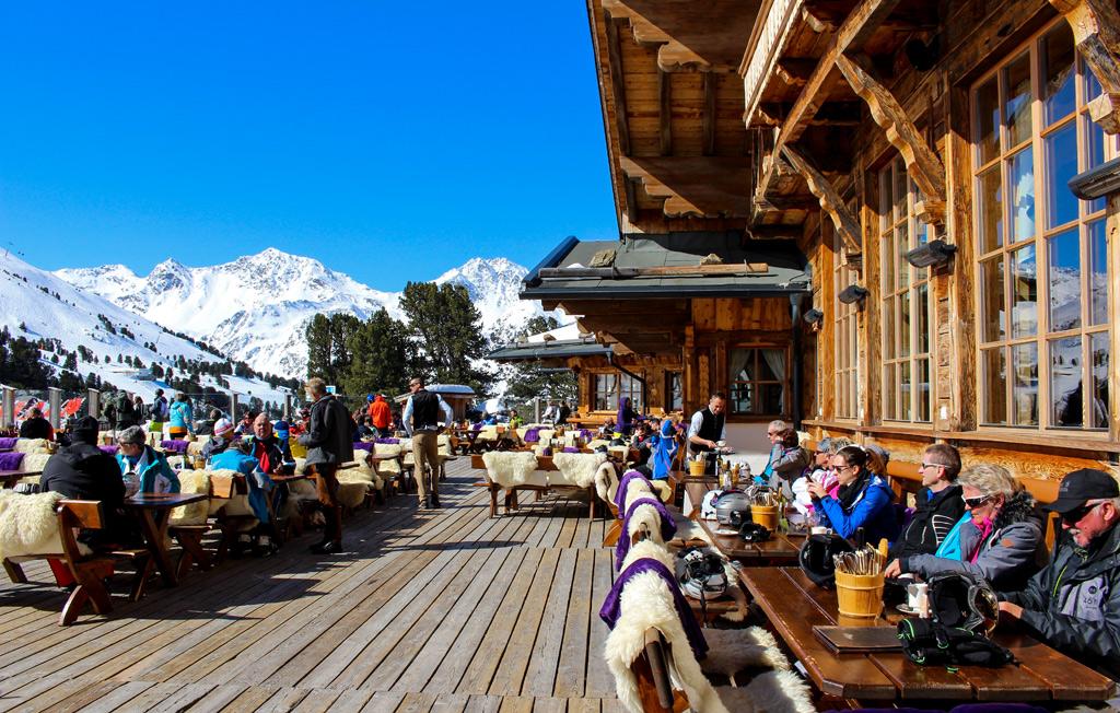 Op het terras van de Zirbenhütte