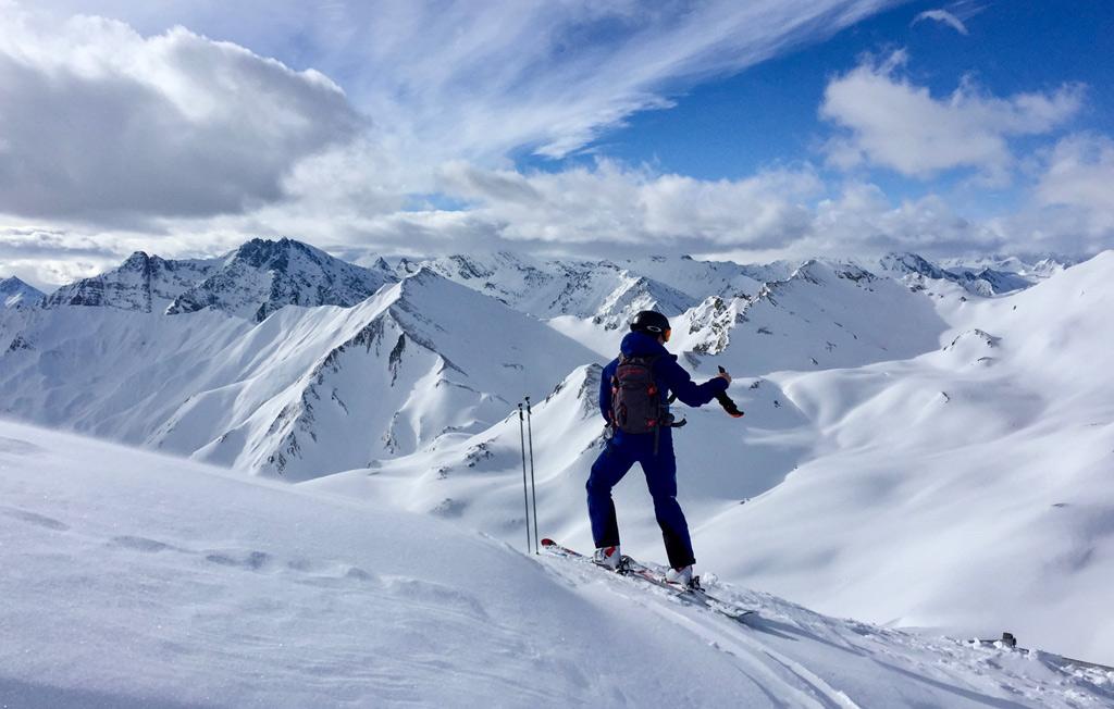 Skiër maakt een foto van het uitzicht in Serfaus Fiss Ladis