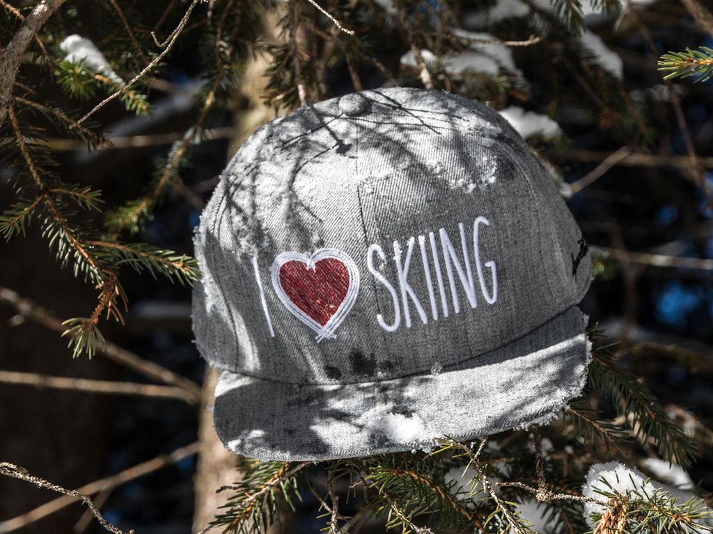 I Love Skiing Cap in een dennenboom