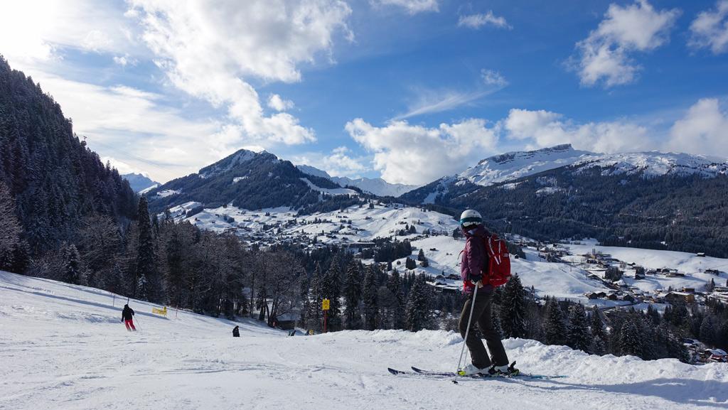 Skiër op de piste in Oberstdorf Kleinwalsertal met uitzicht op dorp