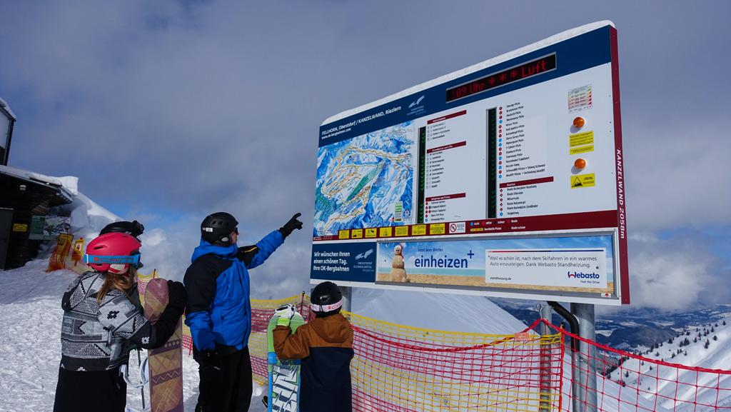 Wintersporters bepalen de route op de pistekaart