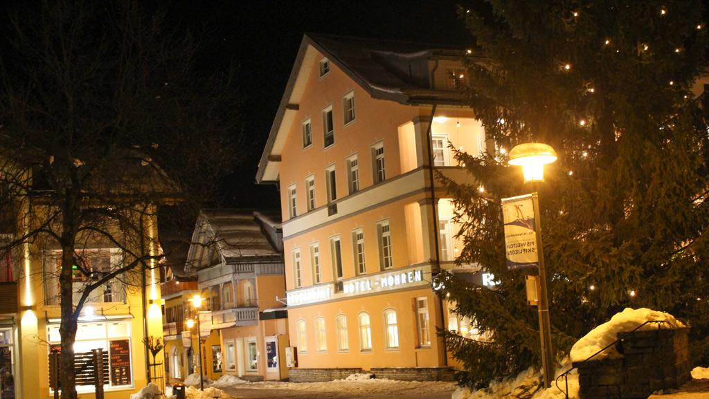 Dorp in Oberstdorf Kleinwalsertal in de avond