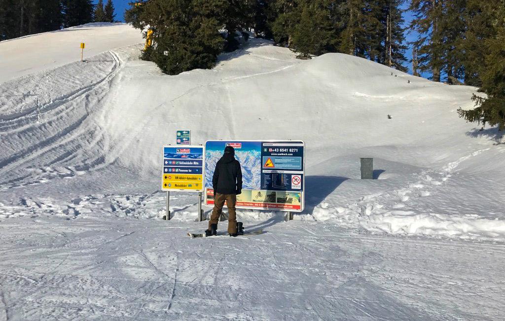Snowboarder op de piste voor pistekaart in Saalbach