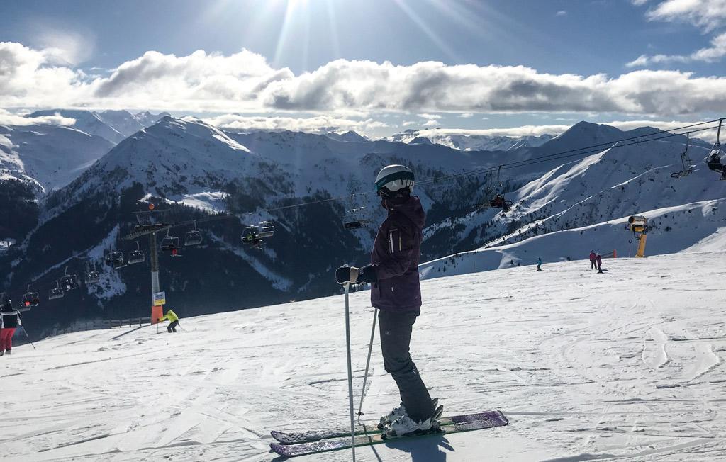 Skiër geniet van het uitzicht op de Schattberg in Saalbach