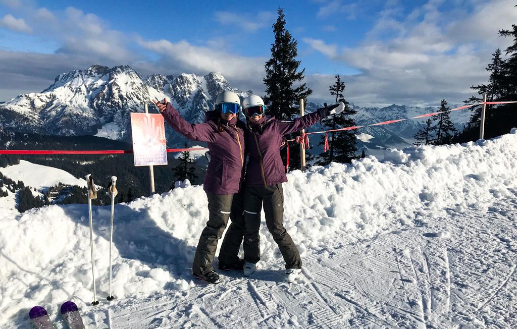 Twee skiërs op de Kohlmaiskopf in Saalbach