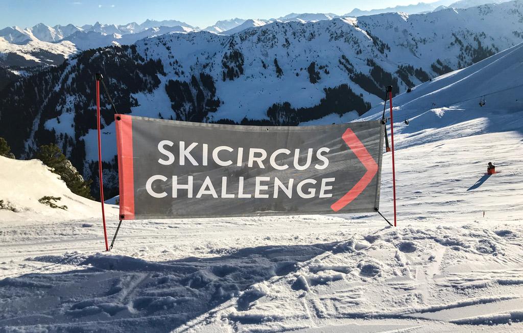 Het bord van de Skicircus Challenge op de piste