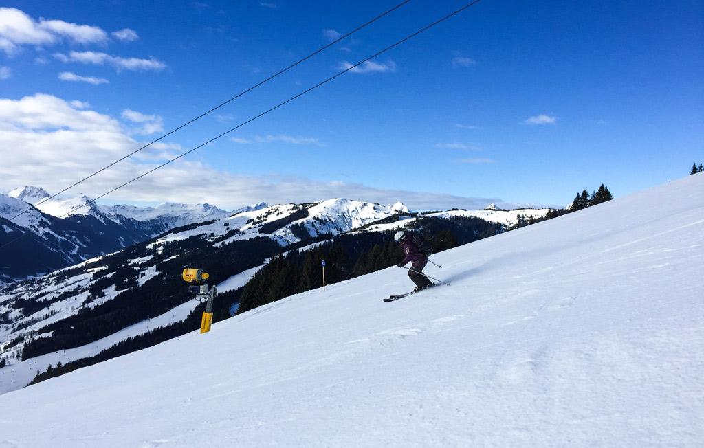 Skiën op een blauwe piste op de Kohlmaiskopf in Saalbach
