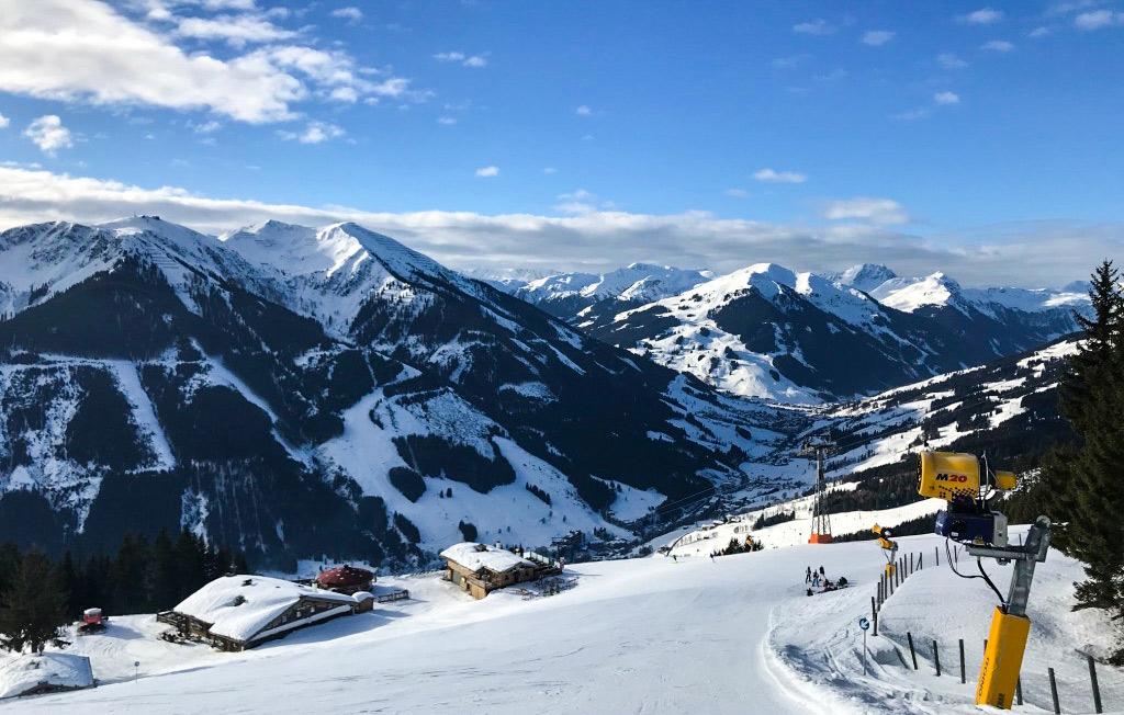 Uitzicht op Saalbach en het dal vanaf de piste