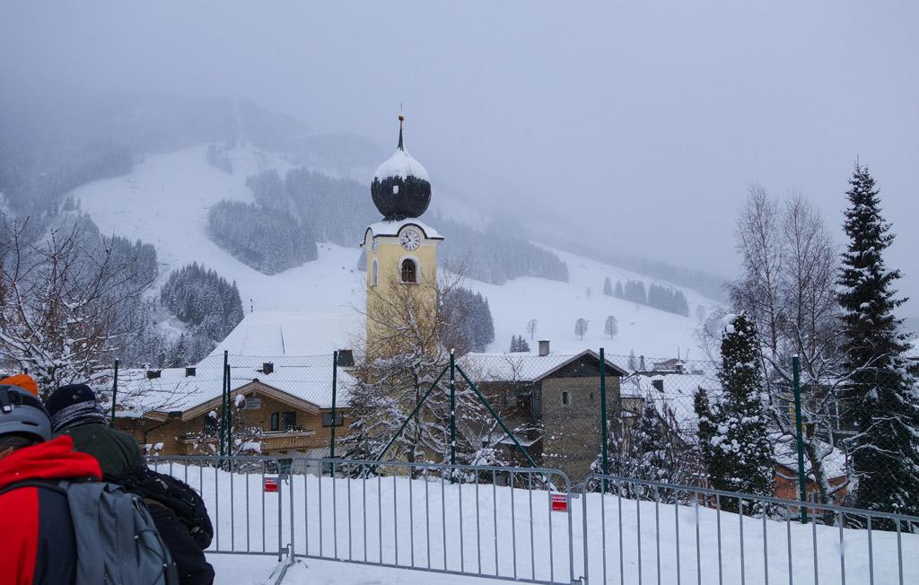 Het gele kerkje in Saalbach