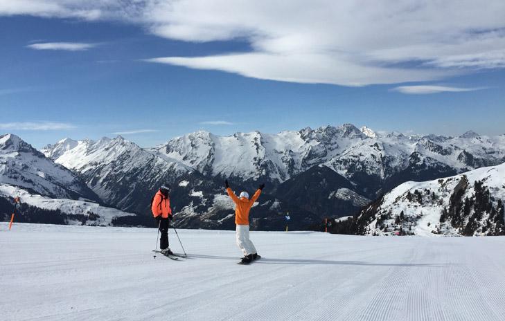 Wintersporters op rustige blauwe piste
