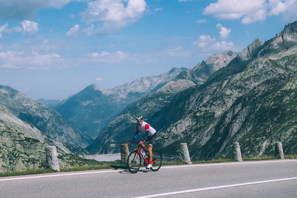 Thijs op de wielrenfiets in Wallis, Zwitserland