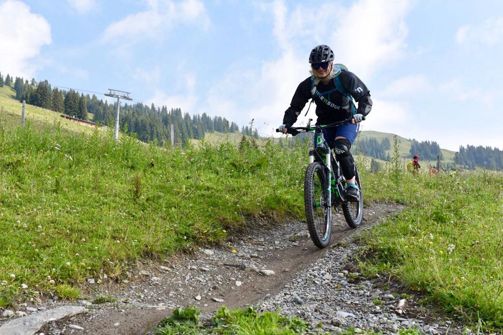 Yvonne downhill mountainbiken in Saalbach