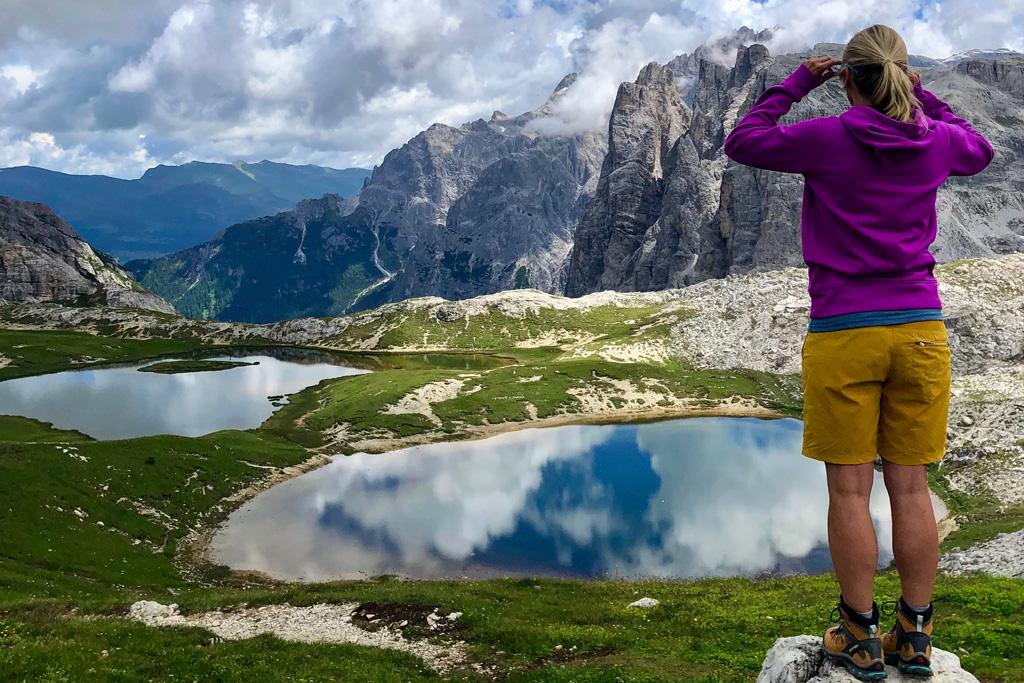 Miranda op een rots in de Drei Zinnen in Italië