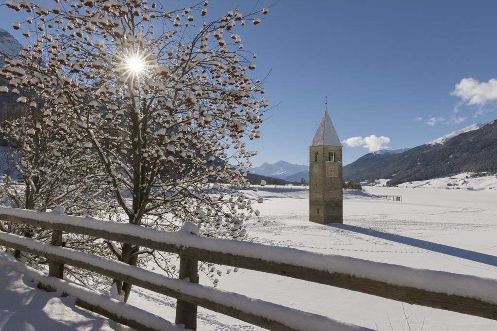 De kerktoren, het symbool van Val Venosta, in de Reschensee