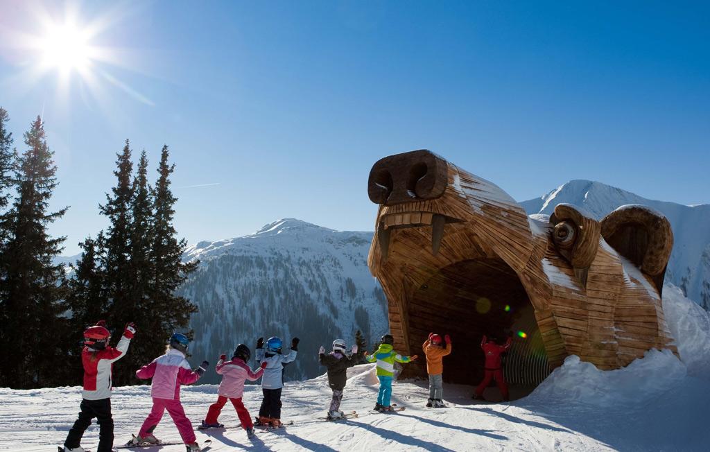 Kinderen op een kinderpiste in skigebied Serfaus-Fiss-Ladis