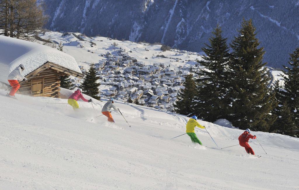 Skiën op de pistes in Serfaus Fiss Ladis met uitzicht op een dorp